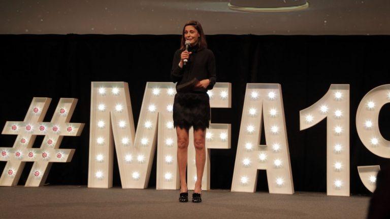 """Überraschungsgast und TV Moderatorin Funda Vanroy moderiert die Kategorien """"Best Female & Best Male an"""